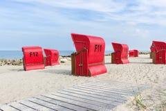 Sillas de playa por el mar Imagenes de archivo
