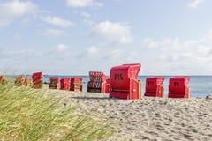 Sillas de playa por el mar Imagen de archivo