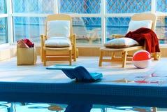 Sillas de playa por la piscina Fotos de archivo libres de regalías