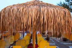 Sillas de playa Sunbeds y paraguas en la playa Nea Vrasna, G Fotografía de archivo