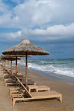 Sillas de playa vacías bajo los paraguas en una playa Imagen de archivo