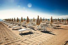 Sillas de playa vacías el la tarde del verano Fotografía de archivo