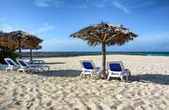 Sillas de playa y cabañas Foto de archivo libre de regalías