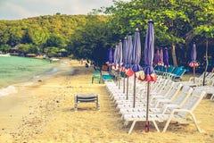 Sillas de playa y con el paraguas en la playa Fotos de archivo libres de regalías