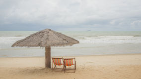 Sillas de playa y paraguas en una isla hermosa, visión panorámica con mucho espacio de la copia Fotos de archivo
