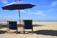 Sillas de playa y playa de Santa Monica del paraguas Fotos de archivo libres de regalías