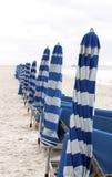 Sillas de playa y unbrellas Imagen de archivo