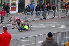 2014 sillas de ruedas del maratón de NYC en la 1ra avenida Fotografía de archivo libre de regalías