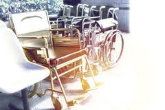 Sillas de ruedas que esperan servicios con el espacio de la copia de la luz del sol imagen de archivo
