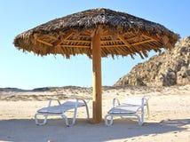 Sillas de salón de la calesa en la playa Imágenes de archivo libres de regalías