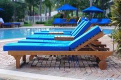 Sillas de salón de la calesa por la piscina imagen de archivo