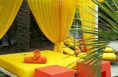 Sillas de salón de la piscina del hotel Fotografía de archivo libre de regalías