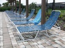 Sillas de salón en la piscina Foto de archivo libre de regalías