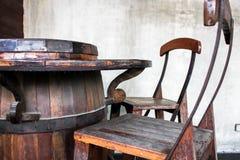 Sillas de tabla hechas de depósitos de fermentación del vino fotografía de archivo
