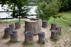 Sillas del árbol de la tabla y sillas Imágenes de archivo libres de regalías