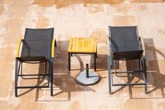 sillas del resto de la piscina   Fotos de archivo