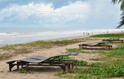 Sillas del sofá de la rota delante del mar Fotografía de archivo libre de regalías