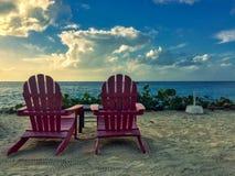 Sillas delante de la playa en el tiempo de verano fotografía de archivo