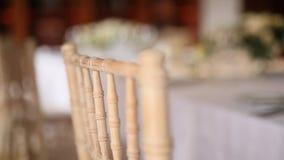 Sillas en el banquete de la boda Decoraciones de la boda El casarse en t almacen de video