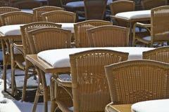 Sillas en el café del verano, cubierto con nieve. Imagen de archivo libre de regalías