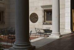 Sillas en el patio de la biblioteca de Boston Foto de archivo libre de regalías