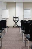 Sillas en fila en la sala de conferencias imagen de archivo
