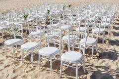 Sillas en fila para la ceremonia de boda Fotografía de archivo libre de regalías