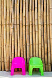 Sillas en fondo de bambú japonés Imagen de archivo