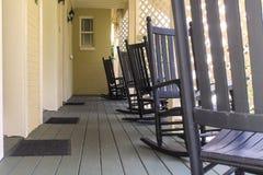 Sillas en Front Porch meridional Imagenes de archivo