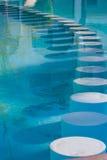 Sillas en la piscina Fotos de archivo