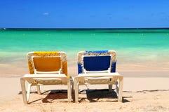 Sillas en la playa arenosa foto de archivo