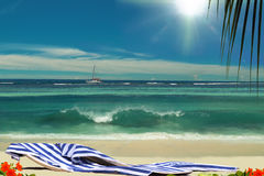 Sillas en la playa sunshining hermosa del paraíso. Imagenes de archivo