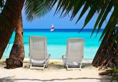 Sillas en la playa tropical Fotografía de archivo libre de regalías