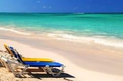 Sillas en la playa tropical arenosa foto de archivo