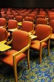 Sillas en la sala de conferencias Foto de archivo