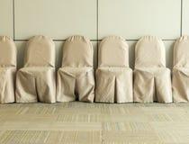 Sillas en la sala de espera en el centro de convenio Imagen de archivo libre de regalías