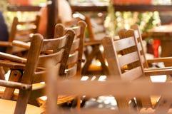 Sillas en restaurante del mar Imagenes de archivo