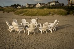 Sillas en un círculo en la playa Fotos de archivo