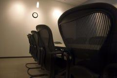 Sillas en una fila en la sala de conferencias Fotos de archivo