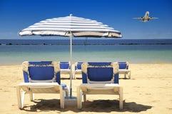 Sillas en una playa arenosa Imagen de archivo