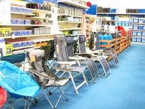 Sillas en una tienda que acampa. Imagenes de archivo