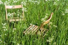 Sillas para la relajación en un prado verde foto de archivo