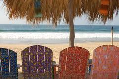 Sillas pintadas en la playa. Fotos de archivo libres de regalías