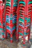 Sillas plásticas rojas Foto de archivo libre de regalías