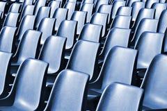 Sillas plásticas vacías en el estadio Foto de archivo libre de regalías
