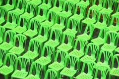 Sillas plásticas verdes Imagen de archivo libre de regalías