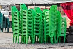 Sillas plásticas verdes Imágenes de archivo libres de regalías