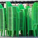 Sillas plásticas verdes Imagenes de archivo