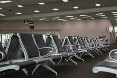 Sillas que esperan en el aeropuerto Fotos de archivo libres de regalías