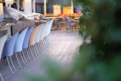 Sillas recogidas en una plataforma de madera Foto de archivo libre de regalías